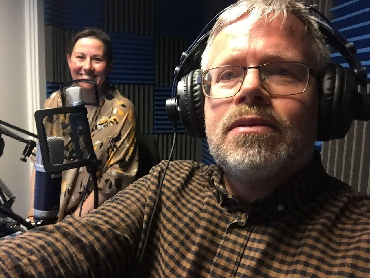 Til optagelse i Forsvarsakademiets lydstudie. I baggrunden er det Nora Stones, der er presseofficer ved Jydske Dragonregiment.